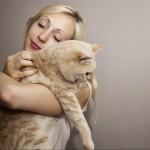 coccole-donna-gatto