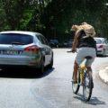 Il ciclista romano con un gatto rosso a mo' di sciarpa impazza sul web [FOTO + VIDEO]
