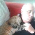 Un uomo si stava riprendendo da un intervento chirurgico si è svegliato con un gatto che lo coccolava