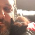 Un gatto si arrampica sulle spalle di un geologo e non se ne va più via