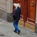 Torino, il mistero dell'uomo che porta a spasso il gatto sulle spalle